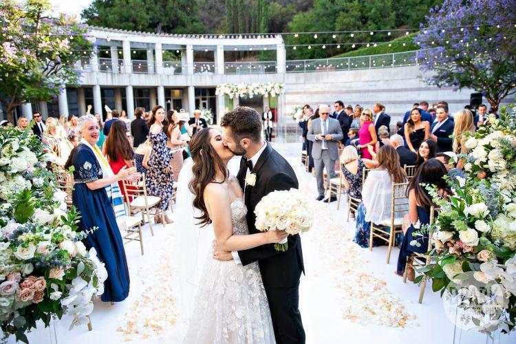 skirball-cultural-center-wedding-ceremony-kiss
